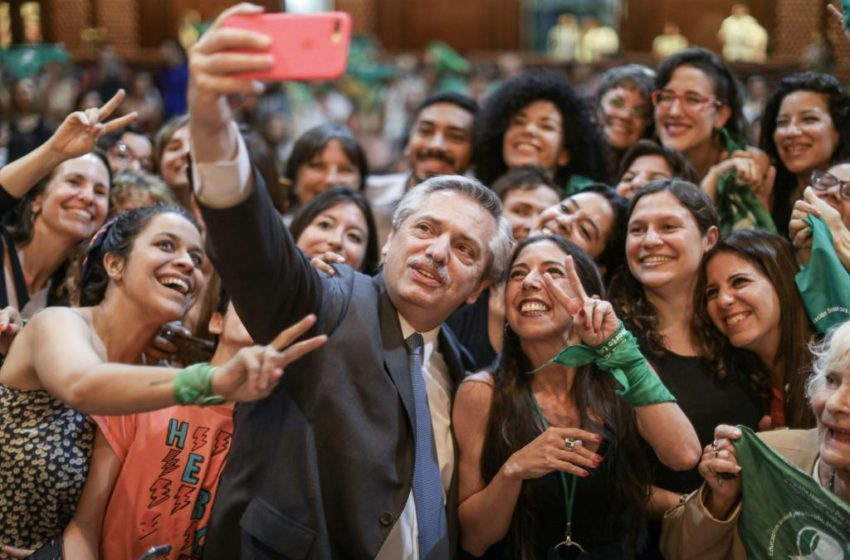 Argentinian President poses with pro-choice supporters [Reuters]